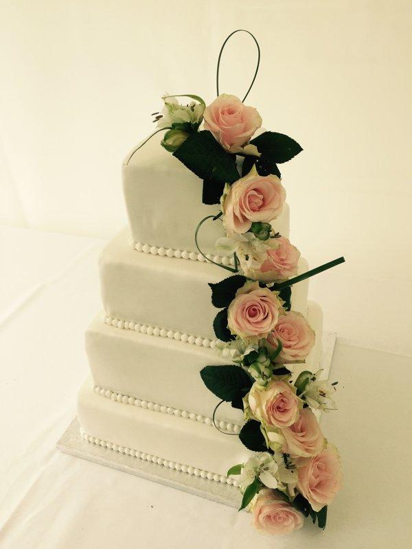 Kage 3.  Etagekage / bryllupskage med blomster. Klik og læs