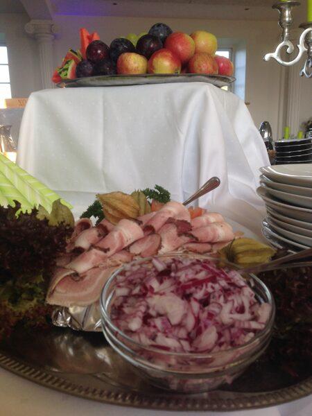 Morgenbord med køkkenhjælp.